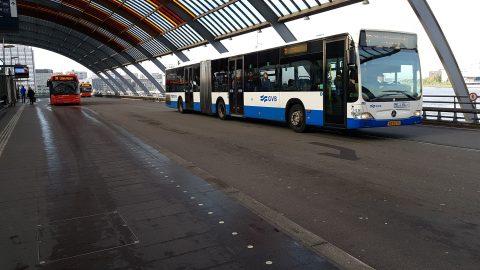 Bussen op Amsterdam Centraal aan de IJ-zijde
