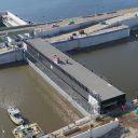 Invaren eerste sluisdeur zeesluis IJmuiden foto: Rijkswaterstaat