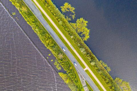 Weg door natuurgebied Weerribben Overijssel. Foto: iStock / CreativeNature_NL