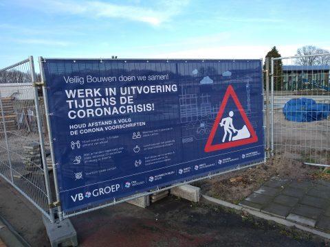 Coronabord bij bouwplaats Oosterhout