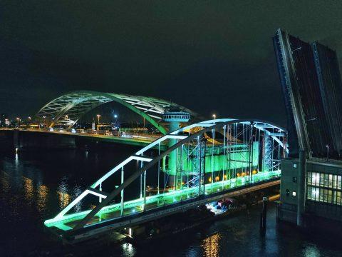 Boogbrug passeert Brienenoordburg. Foto: Eyecatcher / RWS